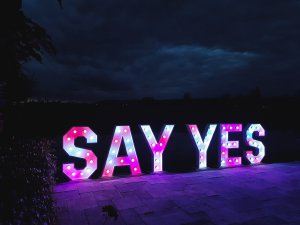 say yes verlichte letters roze of andere kleur