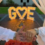 she said yes licht letters groot